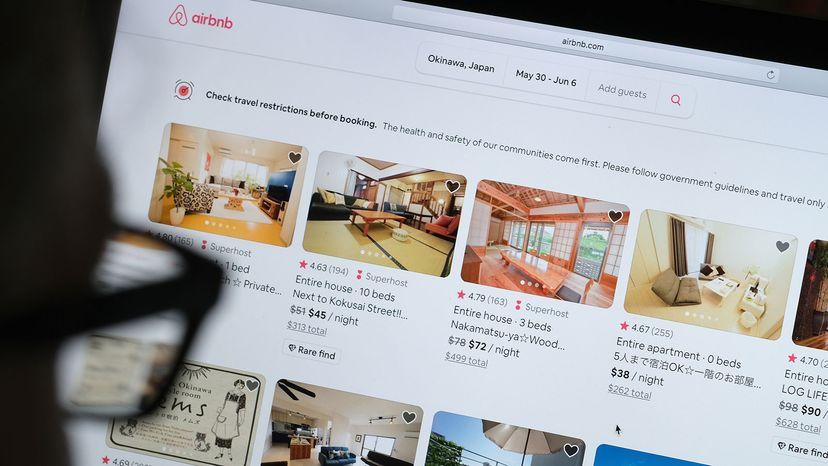 """男人在看Airbnb网站""""border="""