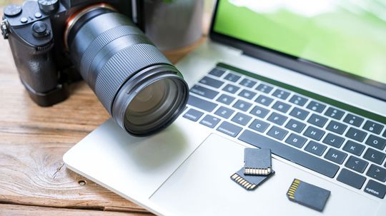 How to Move Pictures From a Memory Card to a PC or Laptop