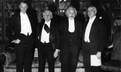 Albert Einstein attends a dinner with fellow Nobel laureates in 1933.