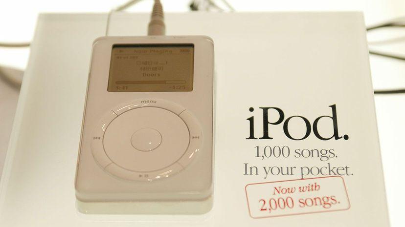"""在2002年在Tokyo MacWorld Expo的iPod中看到的iPod是在挖掘AAC格式之前的开头的MP3格式的大用户。Koichi Kamoshida / Getty Image""""width="""