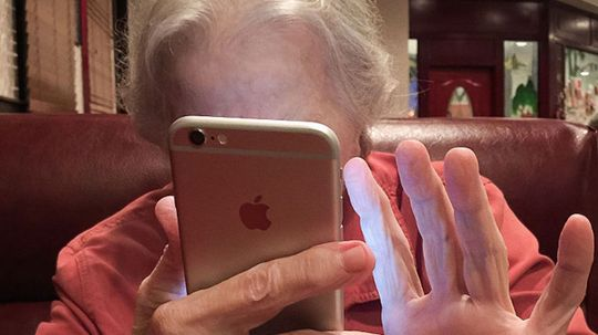 """老年人可以像智能手机一样迷住他们的孙子""""border="""
