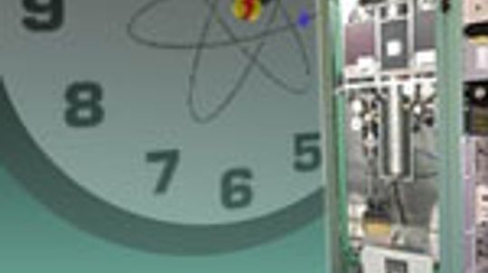 How do radio-controlled clocks set themselves to the atomic clock in Colorado?