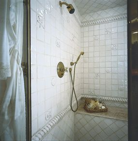 The shower is even more beguiling thanks to accent tiles depicting shells, sand dollars, and starfish.