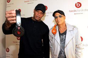 "Dr. Dre和Jimmy Iovine炫耀他们的Beats耳机。""border="