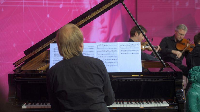音乐家演奏贝多芬的第十交响曲