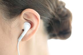 """研究表明,用耳塞听吵闹的音乐对耳朵有害。""""border="""
