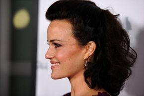 Actress Carla Gugino shows how contouring can define your face.