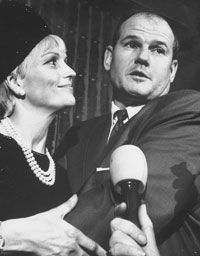 Sam Sheppard embracing his second wife during a trial for the alleged murder of his first wife