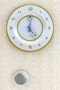 Looking for an interesting kitchen timepiece? Grab an old dish and use it to make a unique, new clock.
