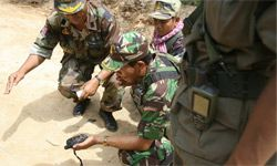 A Cambodian military commander (L) shows his men how to use a GPS before fighting broke out with Thai soldiers on Oct. 15, 2008.