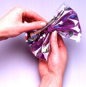 Fix the bow to the barrette with glue.