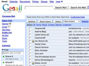 Gmail's left panel shows new messages and folders, the middle pane shows e-mails received.