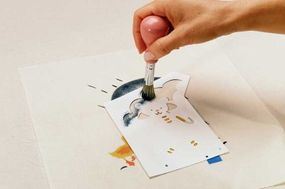 Carefully stencil the edges of the umbrella.