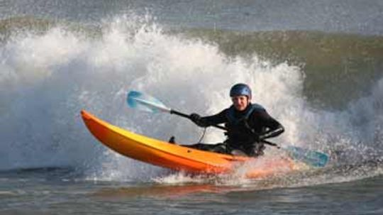 How Kayak Surfing Works
