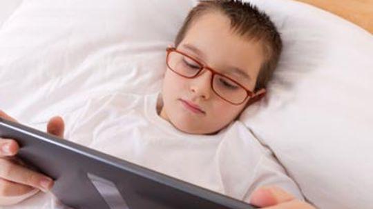 """你的孩子的电脑时间是否影响了他们的睡眠模式?""""border="""