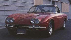 Though similar in appearance, the Lamborghini 400 GT, which debuted in 1966, shared no common panels with its predecessor, the Lamborghini 350 GT.
