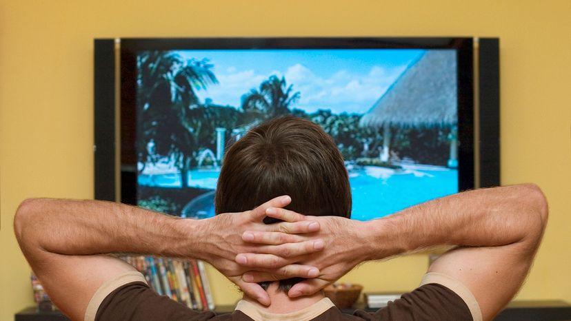 """男人看着LED电视""""width="""
