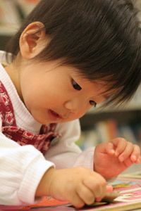 Assembling puzzles is a task preschoolers can repeat so that they learn shapes, colors and spatial reasoning skills.