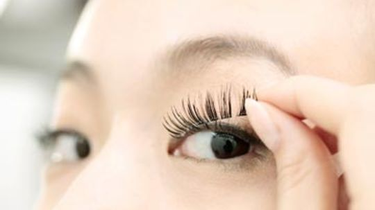 How to Apply Strip Eyelashes in 3 Steps
