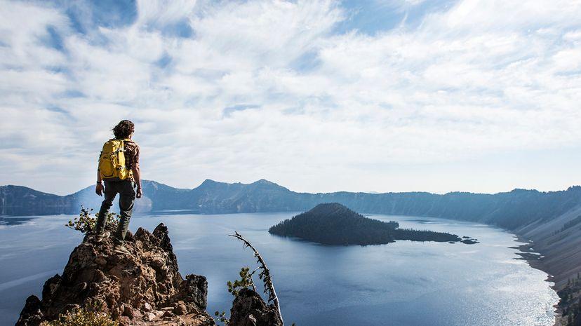 """最近的一项研究详细介绍了一种新方法,可以在古代超级火山的湖泊沉积物中定位锂,比如在俄勒冈州的火山口湖发现的那些。约旦西门子/盖蒂图片社""""width="""