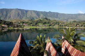 """印尼苏门答腊岛的多巴湖""""border="""