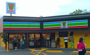 """A 7-Eleven that's been converted into a Kwik-E-Mart to promote """"The Simpsons Movie"""""""