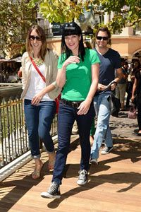 Actress Pauley Parette rocks a pair of Converse sneakers with her skinny jeans.