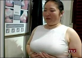 Stacy and Clinton suggest that Yachiyo should experiment with different pads and fillings to even out the breasts.