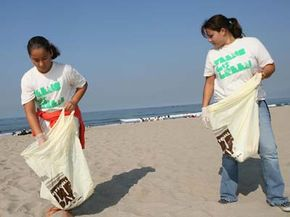 Volunteers attend the Teen Choice 2007 Beach Clean-Up in Santa Monica, Calif.