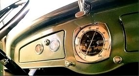 After a brief experiment, this large 100-mph speedometer graced the center of the 1934 Graham Blue Streak Model 67's dashboard.