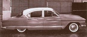 A rare photo shows the Kaiser Carabela concept car proposed in 1960 by designer Dutch Darrin.