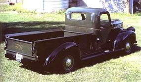Fenders and running boards on the CC-152s came in black, no matter what the cab and bed color.