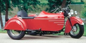 The sidecar carried fancy chrome speedlines and trim.