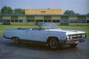 The major appearance change on the 1964 Starfire was the disappearance of the brushed-aluminum side trim, which was traded for a lower front fender air outlet.