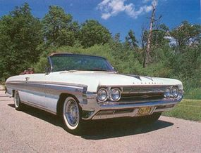 The 1961 Starfire rode a 123-in. wheelbase like the 88, but grille and rear trim were more like the Ninety-Eight.