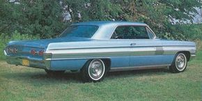 The 1962 Starfire coupe featured a creased roof with a smallish backlight to give it the flavor of a ragtop.