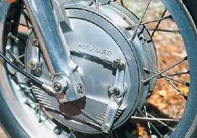 The V7 Sport came equipped with a huge front drum brake nicely embossed with the brand's name.