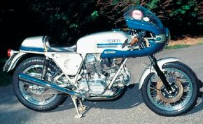 The Ducati 900SS was fitted with Ducati's famous desmodromic valvetrain.
