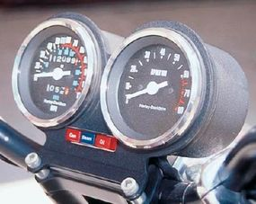 XR-1000 Sportster gauges were positioned just above the handlebars, within easy view of the rider.