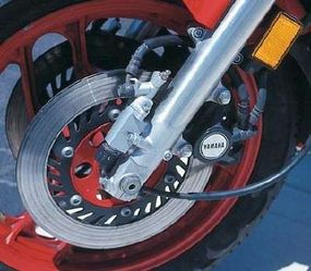 An adjustable antidive mechanism on the forks was triggered by application of the front brakes.