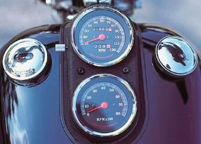 Tank-mounted gauges were standard Harley practice, but the housing was coated in wrinkle-finish black rather than the traditional chrome.