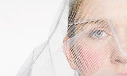 Image Gallery: Bridal Veils Here comes the bride, all dressed with fabulous accessories! See pictures of bridal veils.