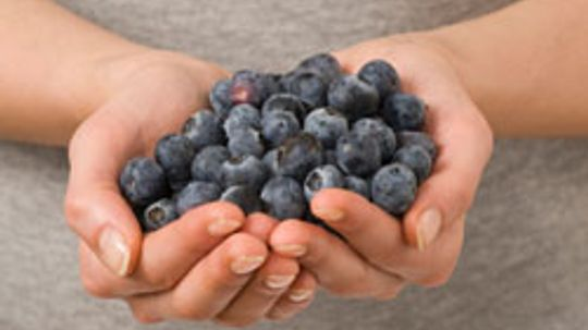 What are some blueberry allergy symptoms?