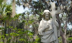 """Bonaventure Cemetery in Savannah, Ga., plays a prominent role in """"Midnight in the Garden of Good and Evil."""""""