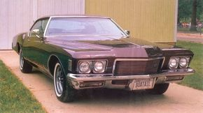 While everybody argues about the boattail's back end, it should be noted that the 1971 Riviera also tried for a bit of the 1930s classic look up front.