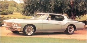 The 1972 boattail Riviera sported fully open rear wheelwells, which were emphasized by the sweep of the bodyside molding above them.