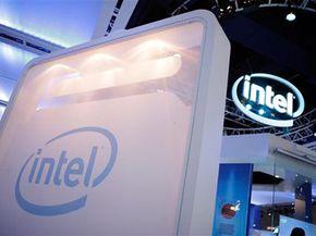 """英特尔展台有几种由公司的微处理器提供支持的交互式展示。""""border="""