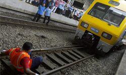 """King Tooth"" Rathakrishnan Velu pulls a train with his teeth."