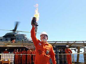 Brazil's President Luiz Inacio Lula da Silva shows the first sample of oil extracted from the Espirito Santo basin's Jubarte oilfield on Sept. 2, 2008.