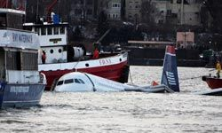 Rescue boats float next tothe U.S. Airways plane thatcrashed into the Hudson Riveron Jan. 15, 2009near New York City.